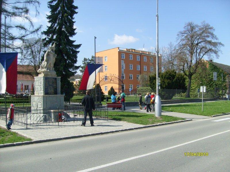 V popředí památník padlým spoluobčanům
