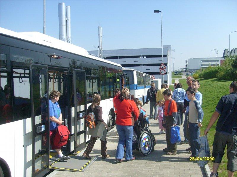 Výstup z velkého nízkopodlažního autobusu